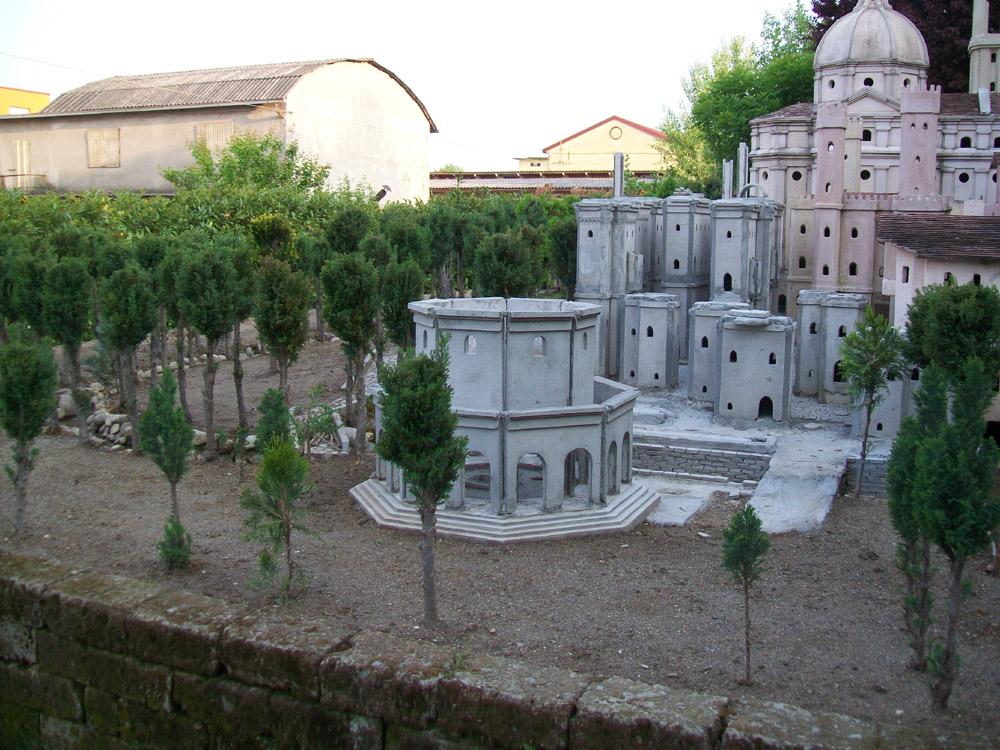 Bild 3. Das Mausoleum während der Erbauung