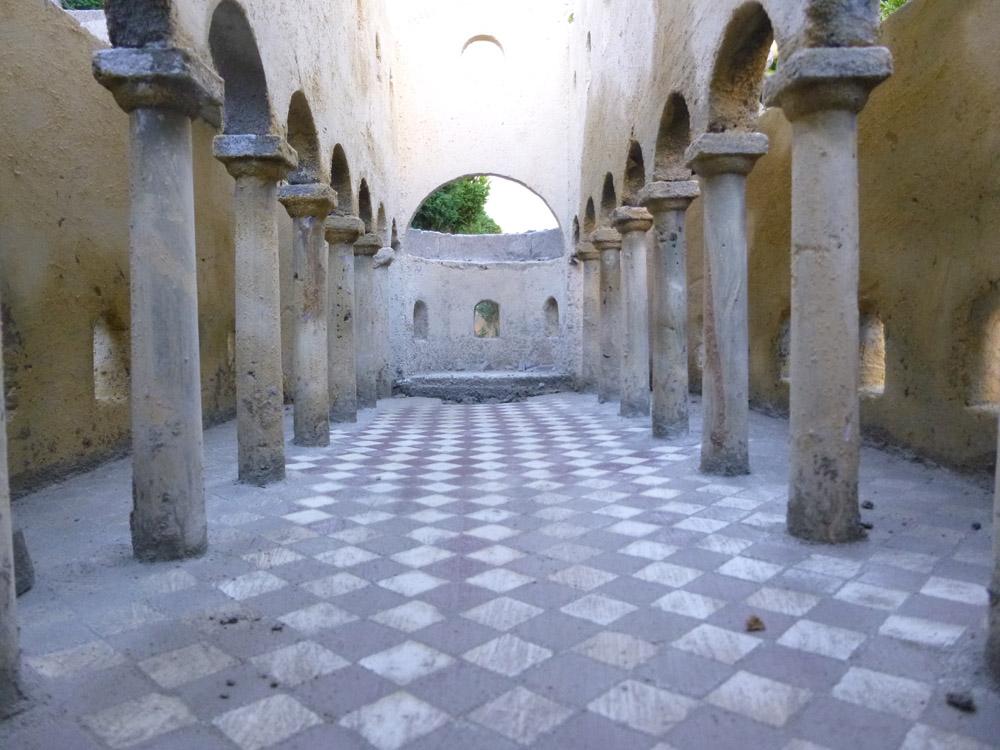 Bilder 6. Der Boden der Basilika vor und nach der Entfernung