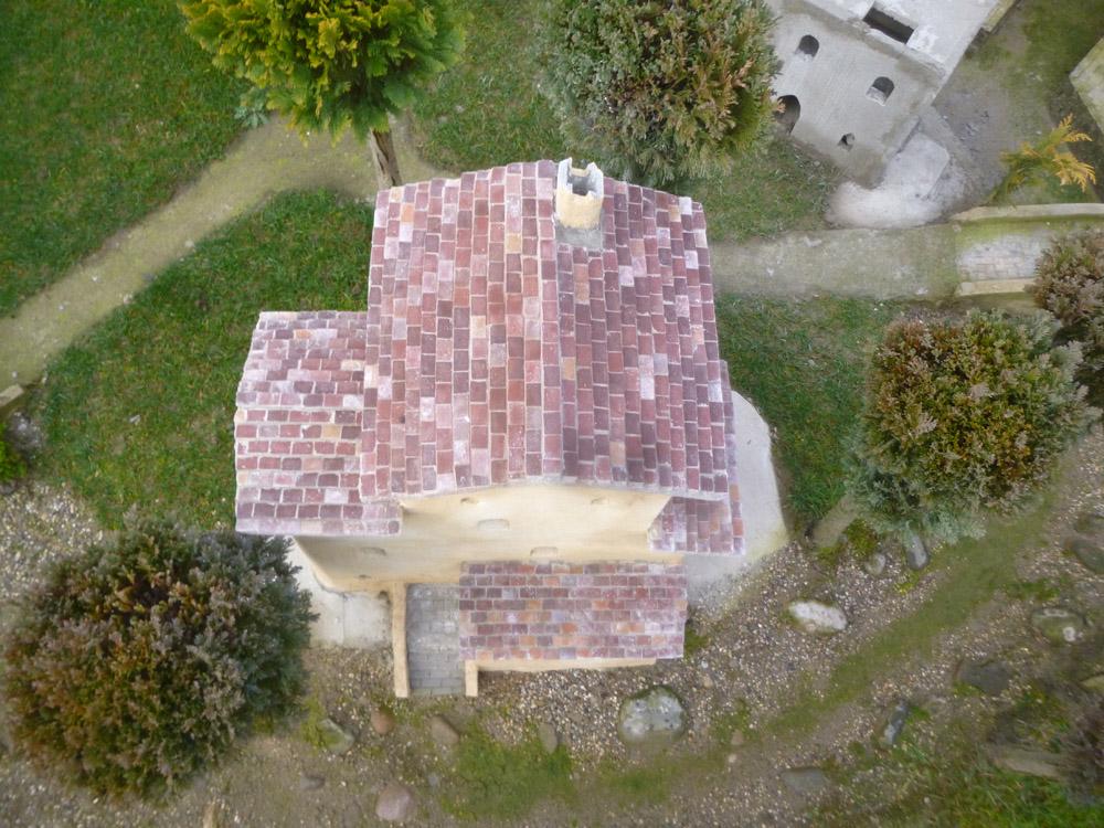 Bild 12. Eins der zuletzt gebauten Dächer mit farbigen Ziegeln