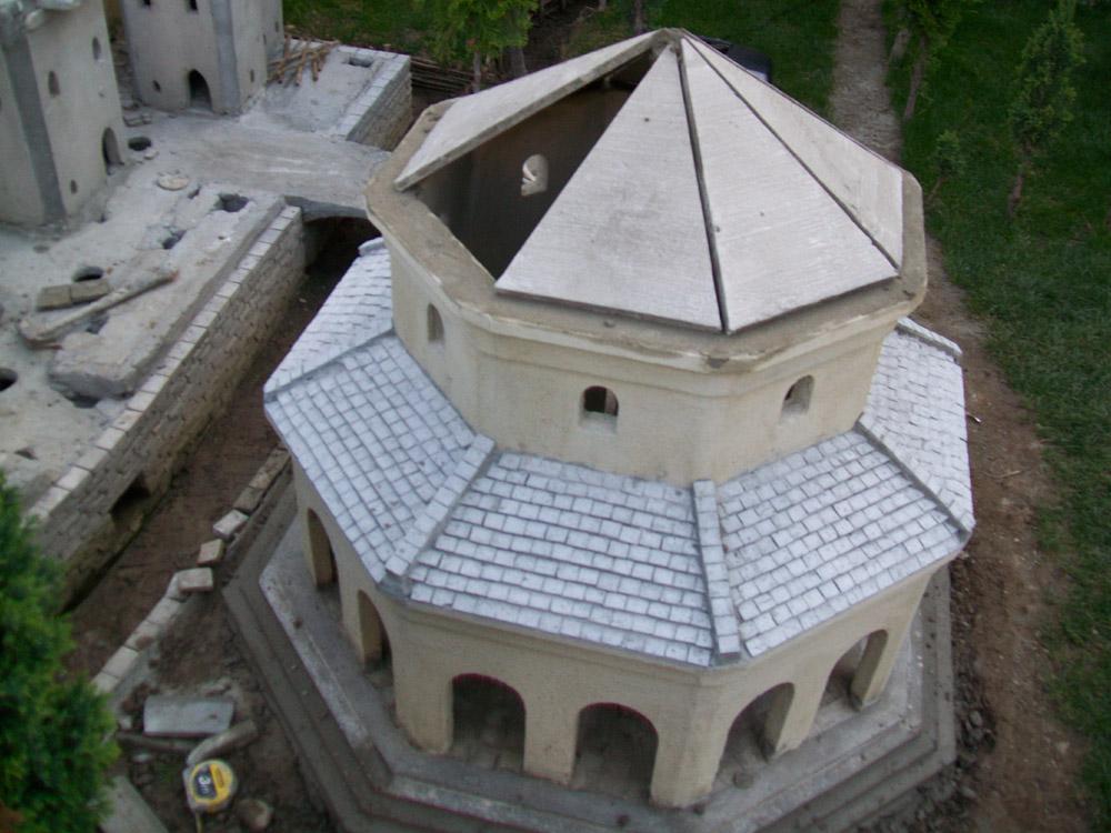 Figura 4. Il mausoleo durante la costruzione del tetto