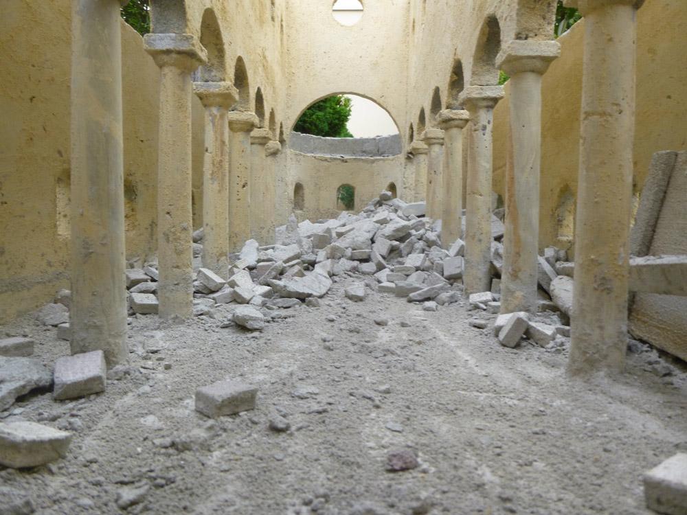 Figura 7. La pavimentazione prima e dopo la distruzione