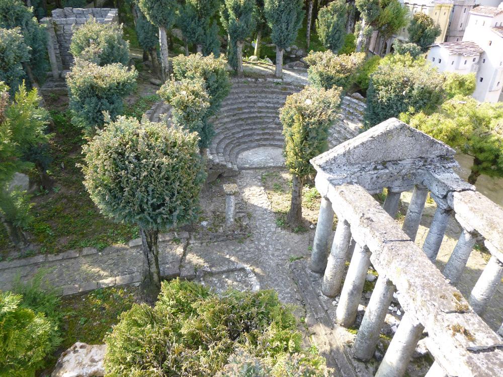 Figura 2. Una vista del teatro e del tempio di Ade