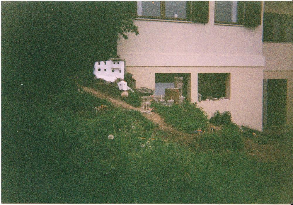 Figura 1. Immagine del primo nucleo della città, (maggio 2000): in primo piano il castello con la torre circolare; dipinta di marrone la prima costruzione di gesso, sullo sfondo in bianco il primo vero edificio in cemento