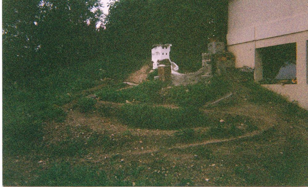 Figura 2. Immagine del primo nucleo della città, (maggio 2000): in primo piano il castello con la torre circolare; dipinta di marrone la prima costruzione di gesso, sullo sfondo in bianco il primo vero edificio in cemento