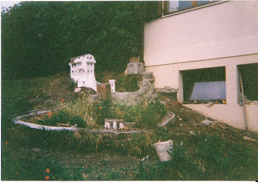 Figura 3. Prime case della città (giugno 2000)