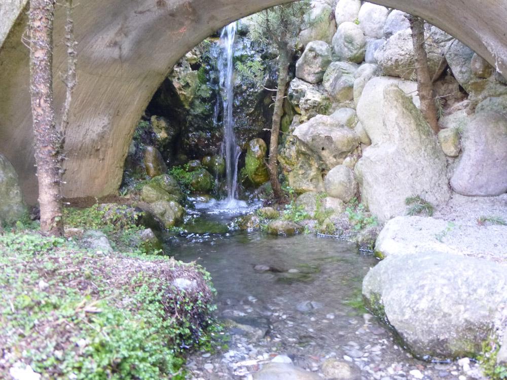 Figura 6. La cascata e il più grande ponte della città, con una luce di circa 90 cm
